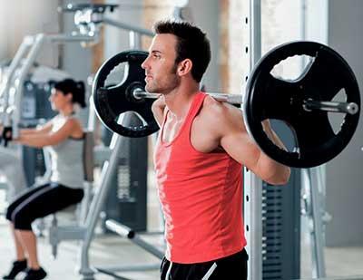 Un hombre en un gimnasio