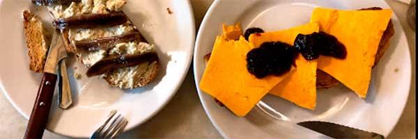 Ración de paté y sardinas en taberna de madrid centro