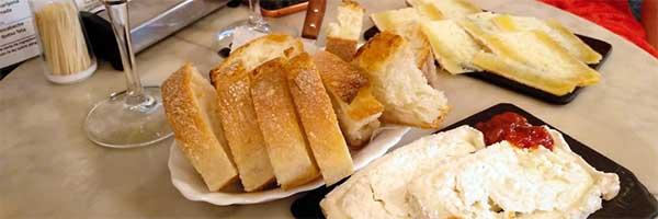 Ración de queso y pan en una taberna de madrid